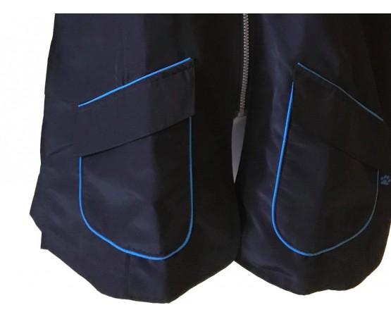 dettaglio tasca camice con scollo coreano rifinitura blu